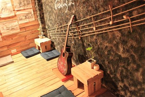 Nét độc của quán cà phê được trang trí từ những đồ vật cũ